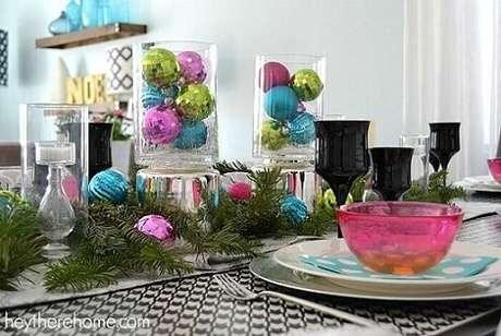 10. As bolas de natal coloridas seguem a paleta de cores da decoração da mesa. Foto de Hey There Home