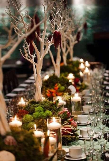 41. Mais um bom exemplo de decoração natural para a mesa de ceia de natal. Foto de Christmas 2018