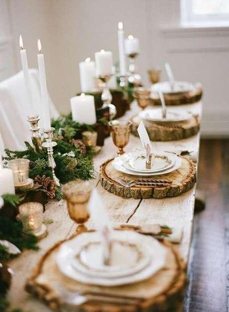 13. Mesa de ceia de natal com decoração rústica. Foto de Pinterest