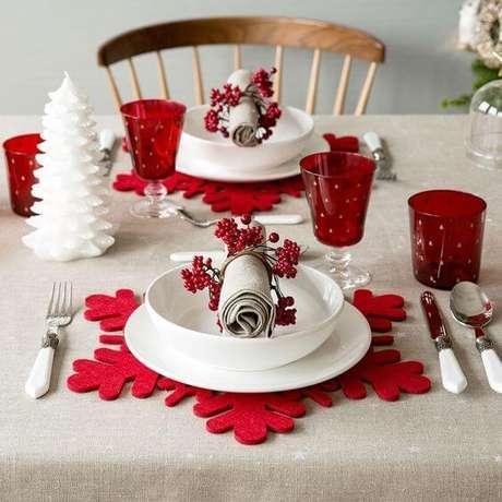 60. Os descansos de prato vermelhos em formato de floco de neve parecem ser feitos exatamente para o natal. Foto de Inspira Hogar