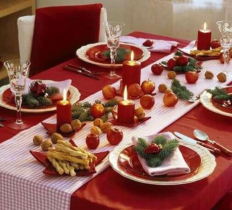 7. Mesa de ceia de natal com nozes e frutas. Foto de Zajenata