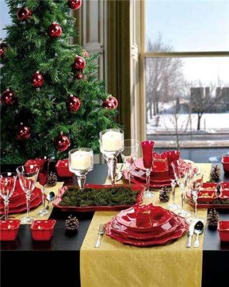8. Os pratos vermelhos se encaixam perfeitamente na decoração de natal. Foto de Frend
