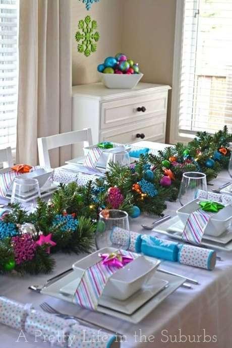 33. Os ramos de pinheiro e enfeites coloridos de natal se destacam na decoração predominantemente branca. Foto de A Pretty Life in the Suburbs