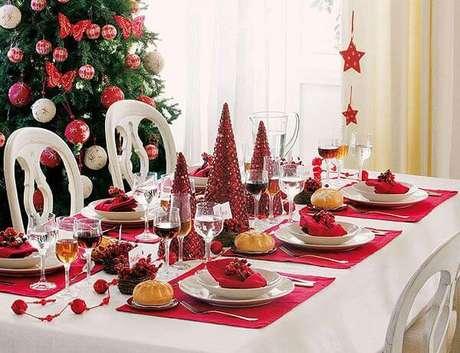 70. Mini árvores de natal vermelhas combinando com a decoração. Foto de Pinterest