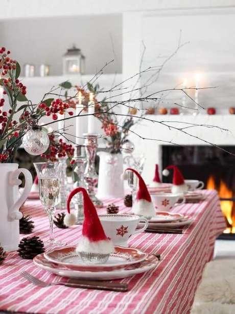 81. Mini gorros de natal como enfeites de mesa de ceia de natal. Foto de Weddingomania