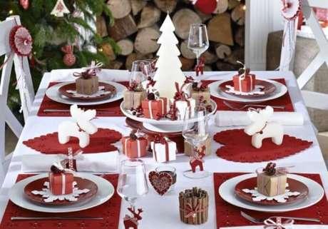 77. Mini presentinhos como enfeites para mesa de ceia de natal. Foto de Pinterest
