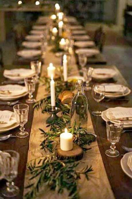 72. Passadeira dourada com plantas e velas em mesa de ceia de natal. Foto de Pinterest