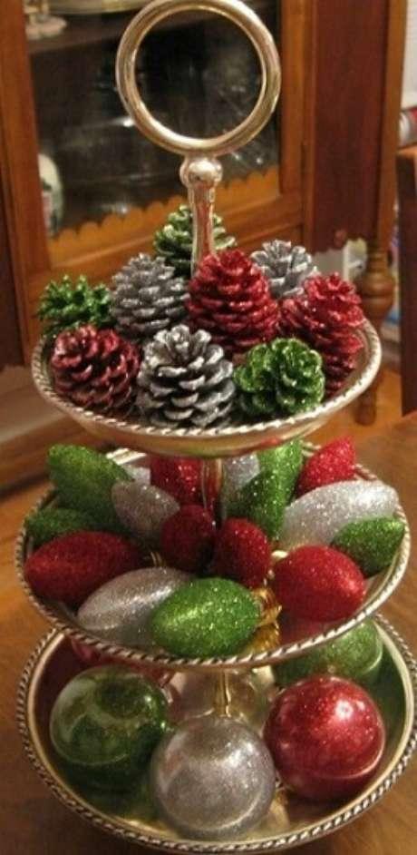 74. Pinhas e bolas de natal com glitter como decoração de ceia de natal. Foto de Pinterest