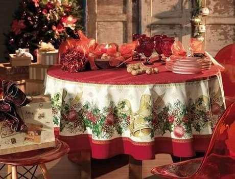 79. Essa toalha de mesa natalina é perfeita para a ceia de natal. Foto de Karsten