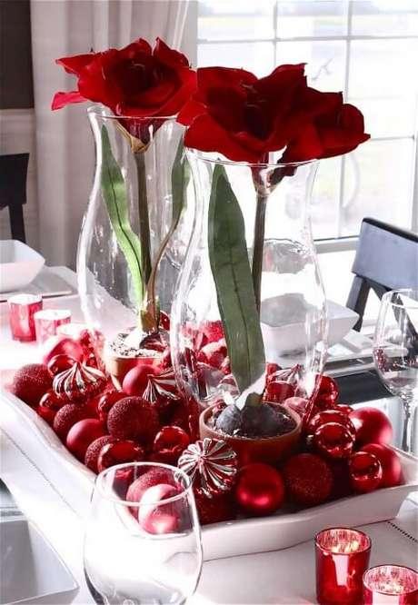 82. Travessa branca com bolas de natal vermelhas e vasos de vidro com flores. Foto de White House 51