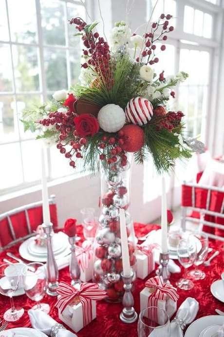 73. Vaso de vidro com bolas de natal e plantas em mesa de ceia de natal. Foto de Pinterest