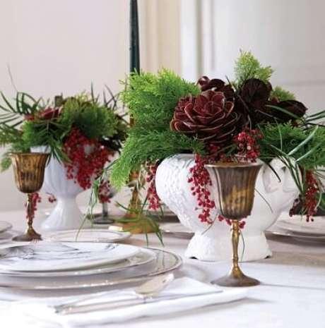 39. As plantas e as taças dão toques de cor à mesa de ceia de natal. Foto de Chatelaine