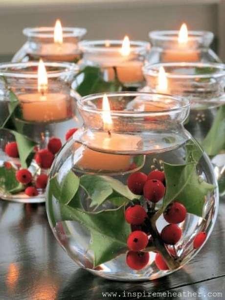 61. Vasos de vidro com água, plantas e velas ficam lindas na decoração de mesa de ceia de natal. Foto de Inspire Me Heather
