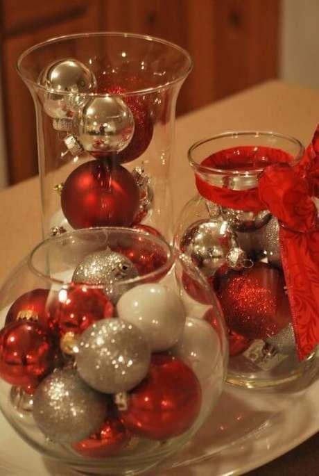50. Vasos de vidro com bolas de natal são ótimos enfeites para a mesa de ceia de natal. Foto de DIY Projects