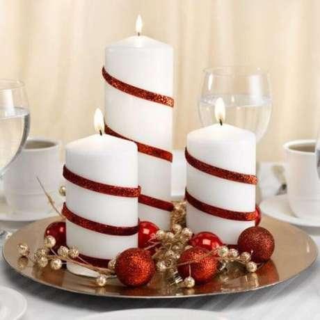 56. Velas brancas com detalhes vermelhos. Foto de HomeBNC