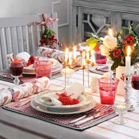 59. Se você tiver candelabros, eles podem também ser usados na decoração da mesa de natal. Foto de Ideal Home