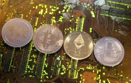 Moedas representativas das criptomoesdas Ripple, Bitcoin, Etherum e Litecoin em foto ilustrativa 13/02/2018 REUTERS/Dado Ruvic/Illustration