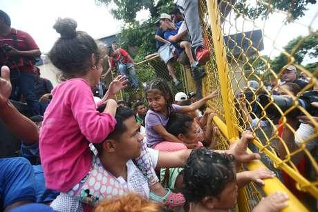 Imigrantes de Honduras em posto de controle entre Guatemala e México em Tecun Uman  19/10/2018    REUTERS/Edgard Garrido