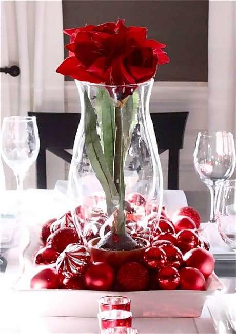 7. Modelo de arranjo com bolas e flores para decoração de mesa de natal simples – Foto: Grolie Home
