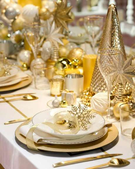 14. Invista em arranjos de mesa de natal dourados para uma decoração bem sofisticada – Foto: i24mujer