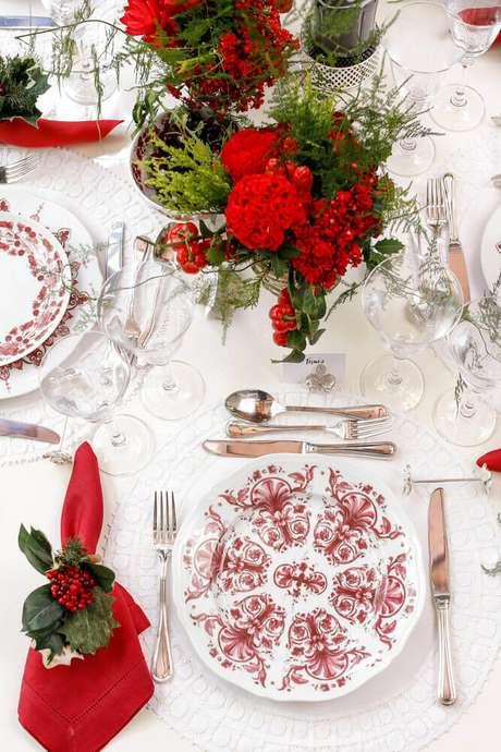 15. O arranjo de mesa de natal em tons de vermelhou fica em destaque na mesa com decoração branca – Foto: Pinterest