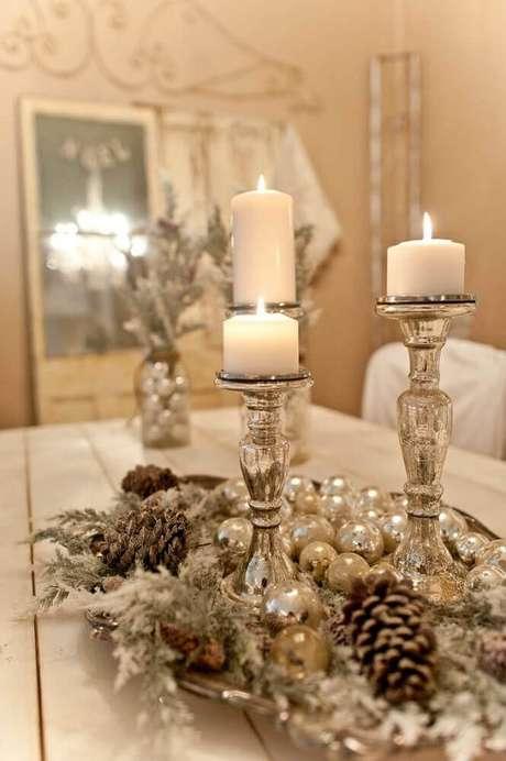 16. Assim como o dourado, arranjos de natal prata também são ótimos para quem busca sofisticação na decoração natalina – Foto: Yandex