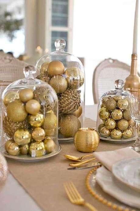 17. Decoração para mesa de natal simples com bolas de natal douradas – Foto: Paty Scaringella