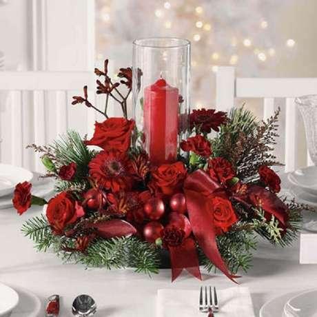 18. Modelo tradicional de arranjo de natal com vela e flores vermelhas – Foto: The Floral Studio