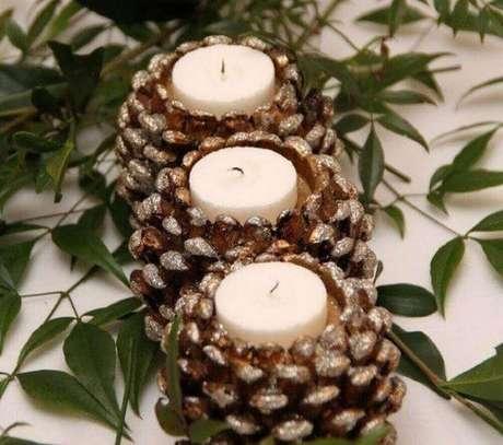 19. Arranjos de natal com velas dentro de pinhas – Foto: Jutarnji List