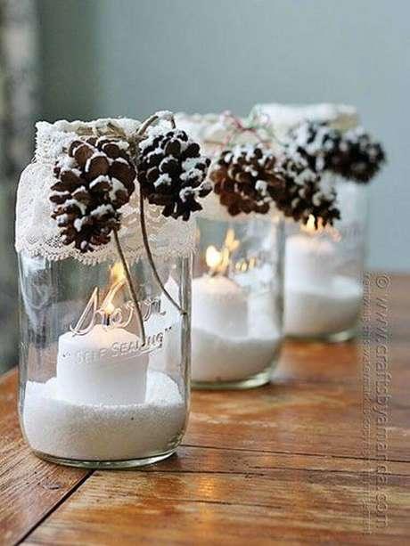 20.Potes de vidros rendem ótimos arranjos de antal com velas – Foto: HandMD