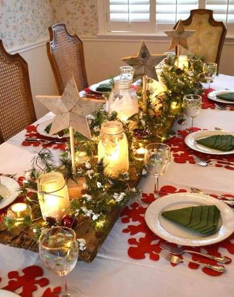 23. A tábua de madeira de demolição levou um toque rústico para a mesa de natal simples decorada – Foto: Apsip