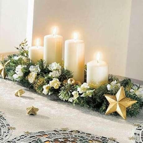 3. Lindo arranjo de natal com velas e enfeites dourados – Foto: Events Maresme