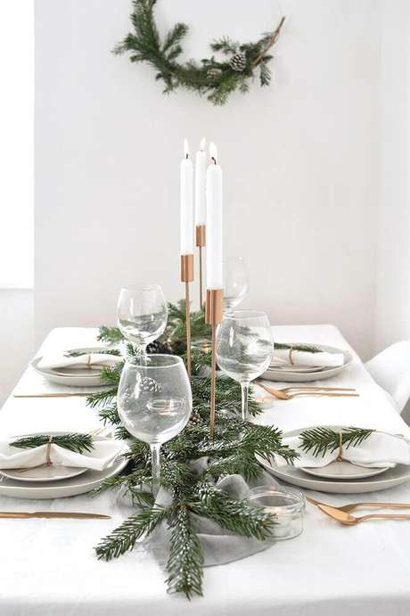 8. Decoração para mesa de natal simples e minimalista – Foto: Burkatron