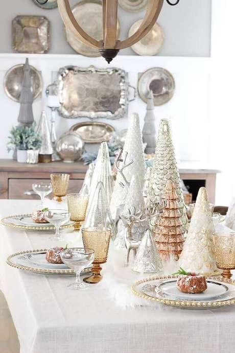 28. Aqui os arranjos de mesa de natal garantiam uma decoração bem moderna – Foto: Polskie Szafiarki