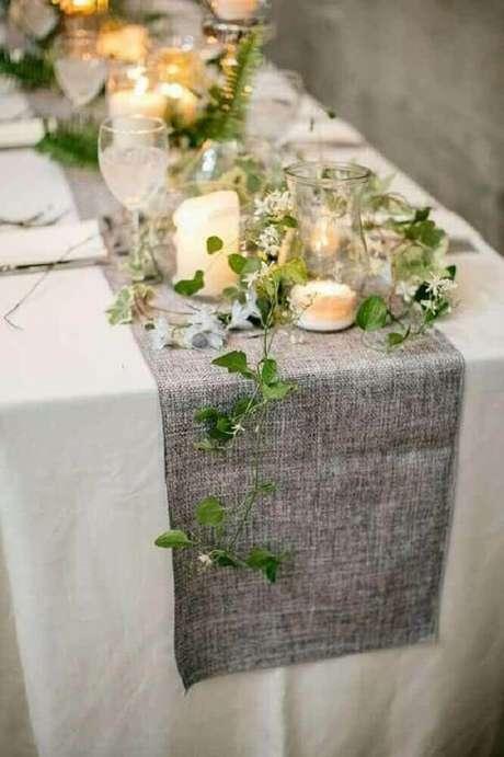 29. Linda decoração rústica com arranjos de mesa de antal feita com ramos de plantas e velas – Foto: Hubstairs