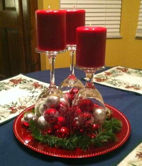 30. Taças, bolas de natal e velas são garantia de arranjos de natal bem clássicos – Foto: The Holk