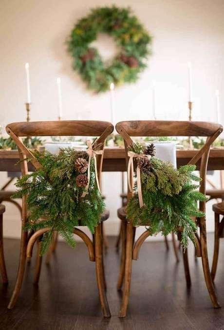 32. As cadeiras também podem receber lindos arranjos de natal para compor a decoração – Foto: Style Me Pretty