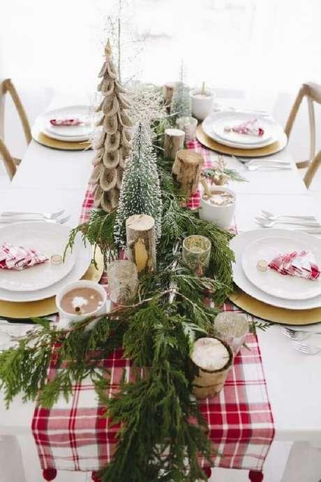 33. Linda decoração clean para mesa com arranjos de natal – Foto: Pinterest