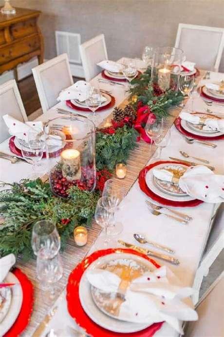 34. Arranjos de mesa de natal feitos com ramos de plantas e velas – Foto: Zahradní Nábytek
