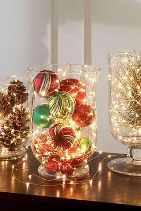 36. Ideia fácil de arranjos de natal com bolas, pinhas e luzinhas pisca-pisca – Foto: Centerpiece Inspiration