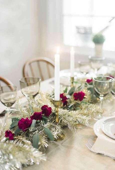 37. Decoração com arranjos de mesa de natal com rosas e velas – Foto: Home Security