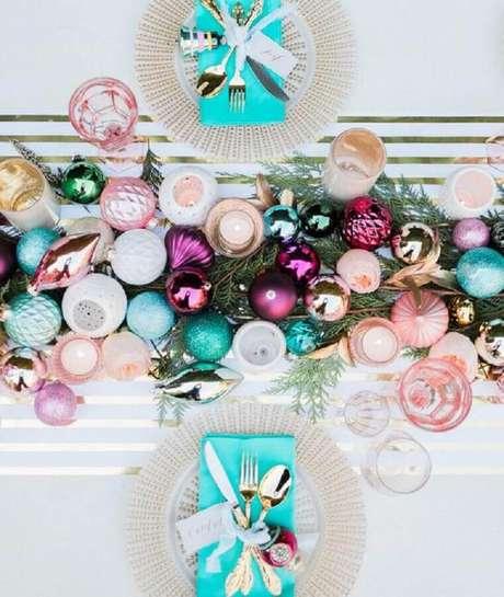 38. Que tal investir em arranjos de mesa de antal bem coloridos para uma ceia mais alegre e divertida? – Foto: Pinterest