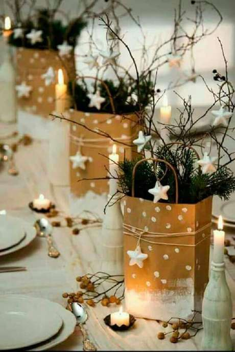 39. Pequenos saquinhos de papel também garantem arranjos de mesa de natal super charmosos – Foto: Géraldine Asselin