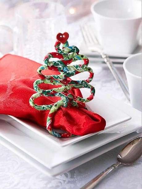 40. Decoração de mesa de natal simples com guardanapo vermelho – Foto: El Pais de Sarah