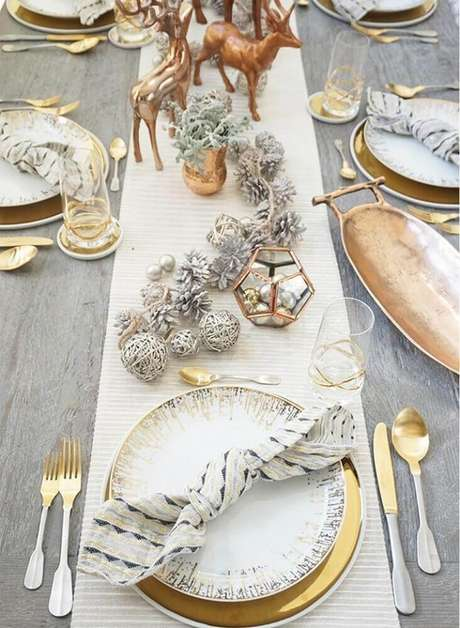 42. Enfeites de natal dourados levando sofisticação para a mesa de natal – Foto: Onechitecture