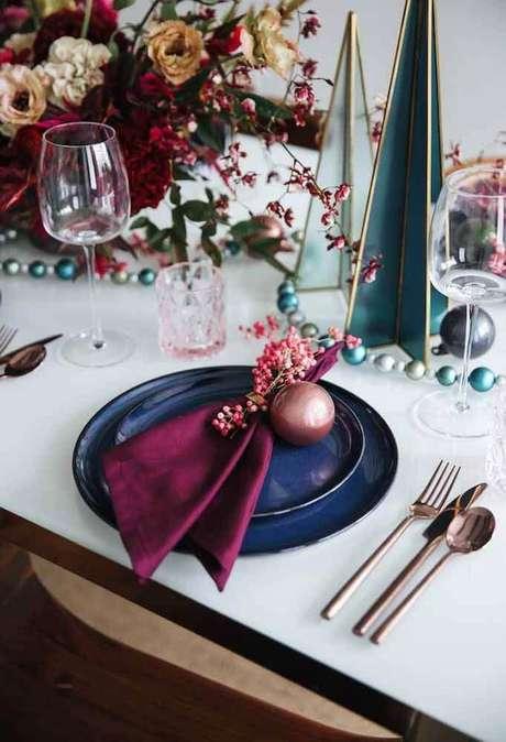 43. Decoração moderna com arranjos de mesa de natal – Foto: Jutarnji List