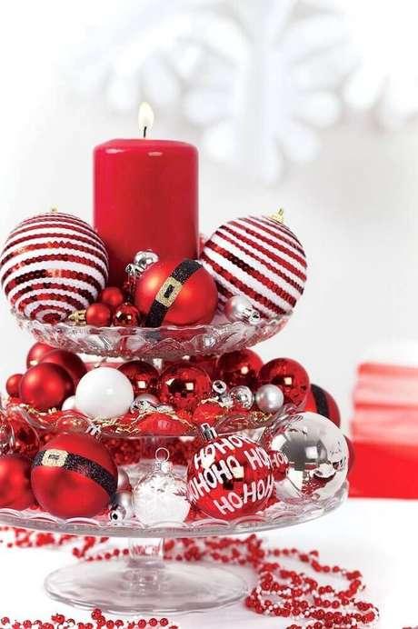 9. Decoração com bolas natalinas para arranjo feito em prato de bolo – Foto: Artecht