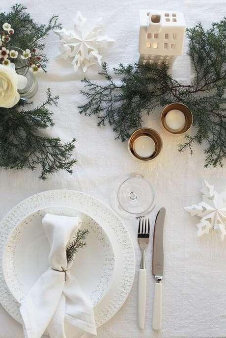 44. Decoração para mesa de natal com ramos de plantas e pequenos enfeites natalinos – Foto: Yandex