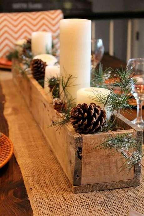 4. Decoração rústica feita com arranjos de natal com velas em suporte de madeira – Foto: Pinterest
