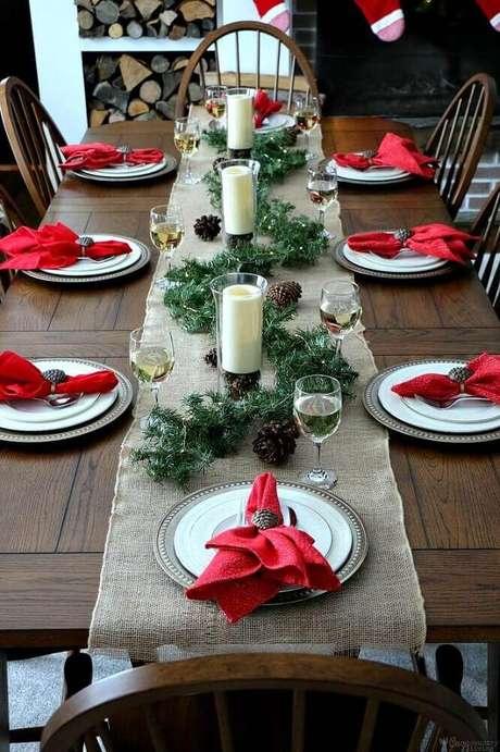 49. Ideia de arranjos de natal bem fáceis de fazer com festão verde, pinhas e velas – Foto: Pinterest